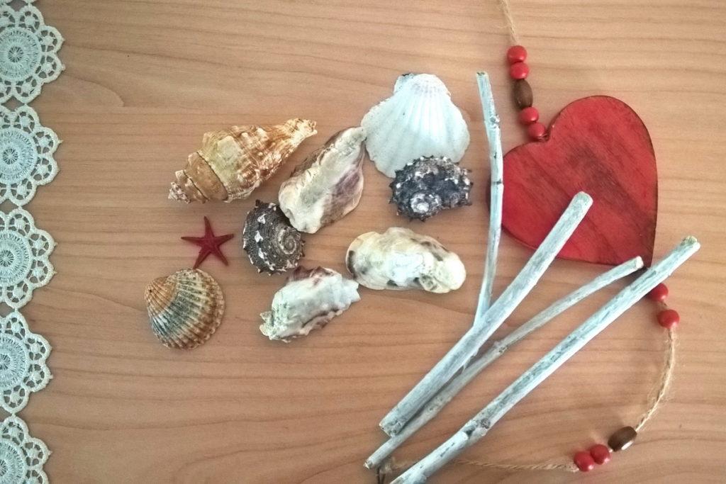 lavoretti con le conchiglie marine e i legnetti