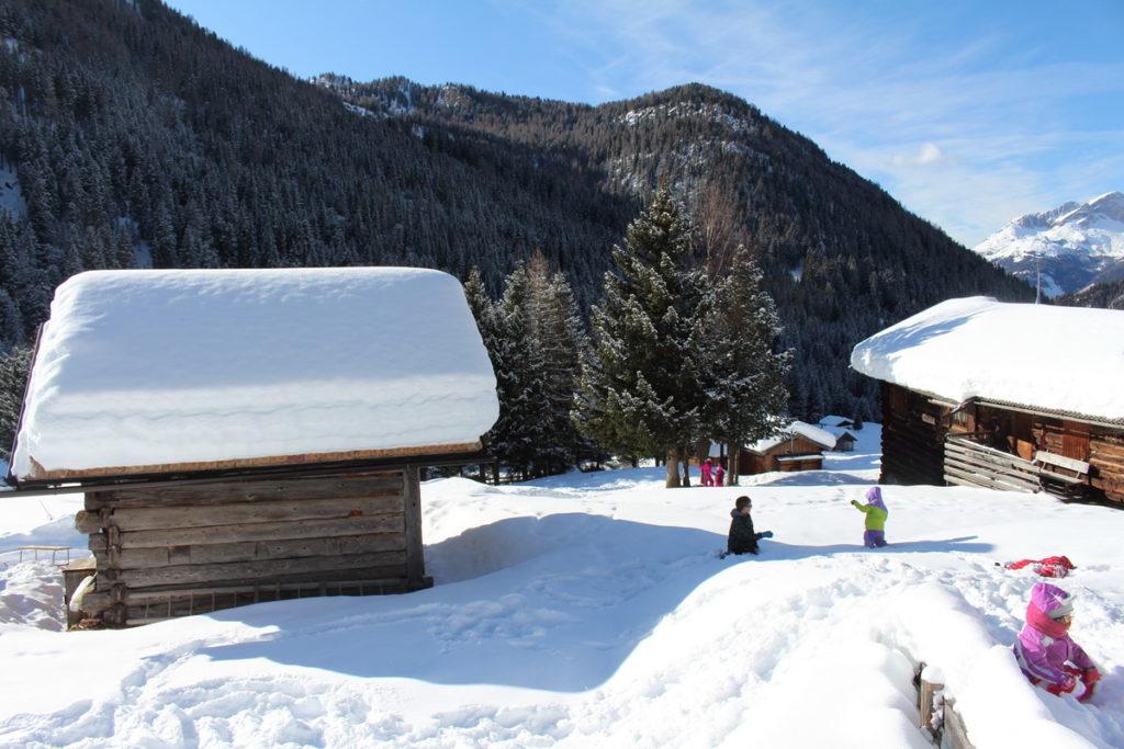 bambini giocare sulla neve in trentino