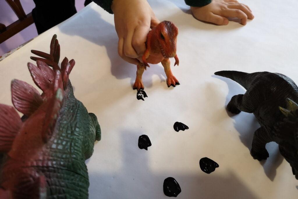 giocare con le impronte dei dinosauri
