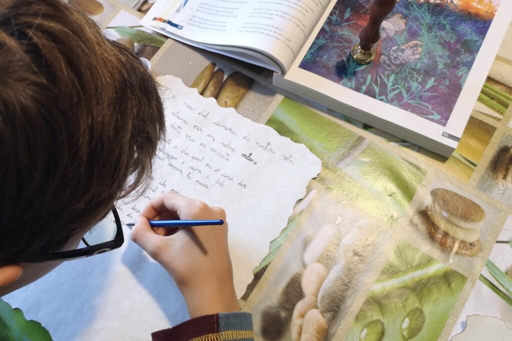 Scrivere su una pergamena con una penna d'oca