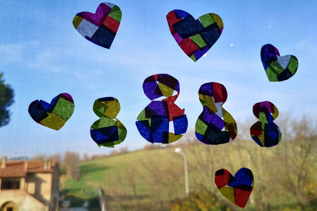 Come fare le vetrate di carta velina con i bambini