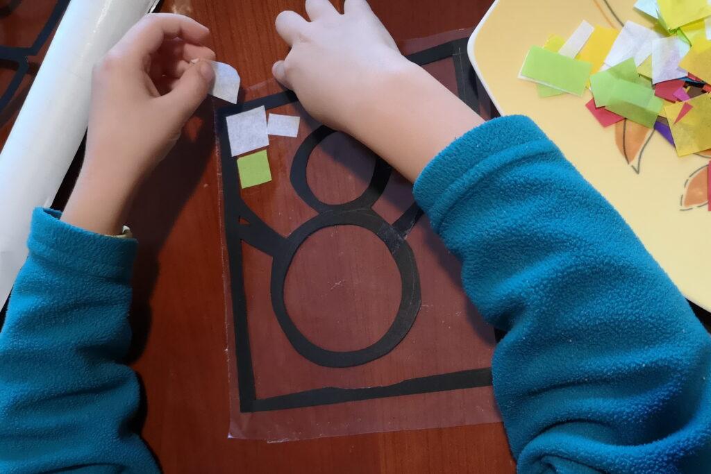 idee per colorare le finestre con la carta velina